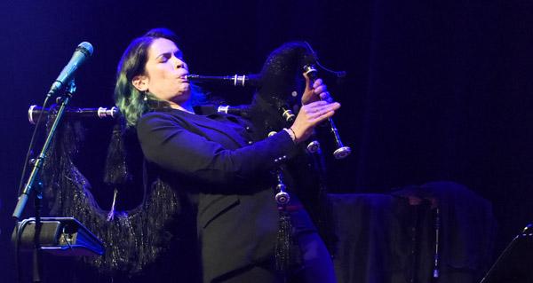 Photo of Cristina Pato xungue a música e a cultura vitivinícola nun concerto en Sober