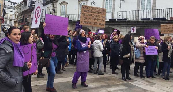 Photo of As vianesas celebran o Día da Muller con mandís tendidos, carteis violetas e cunha concentración