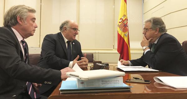 Photo of O senador Avelino García (PP) reúnese co ministro do Interior para retomar a implantanción da oficina de estranxeiría en Valdeorras