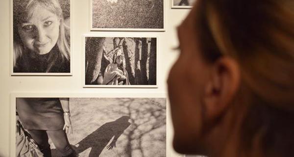 """Photo of """"Muy a pecho"""", exposición con acento trivés que retrata a convivencia co cancro, na Arxentina"""