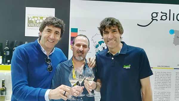 Photo of Os ex futbolistas Patxi e Julio Salinas brindan con godello de Valdeorras en Alimentaria