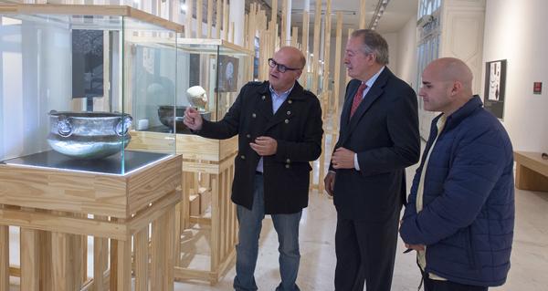 """Photo of O xornalista José Rodríguez, de San Xoán de Río, visita a mostra """"In tempore sueborum"""""""
