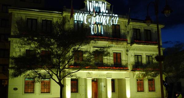 Photo of A fachada do Concello do Barco tínguese de cor para promover a reciclaxe