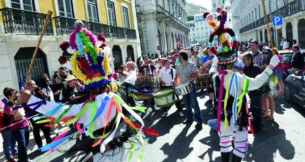 Photo of Os folións de Manzaneda e de Viana, entre os 4 Entroidos ourensáns do desfile da Máscara Ibérica en Lisboa