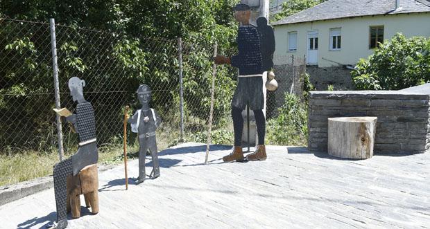 Photo of Tres figuras de lousa reciben aos peregrinos do Camiño de Inverno ao seu paso por Éntoma
