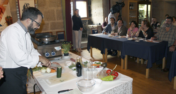 Photo of O chef barquense Carlos Parra imparte formación práctica no Castelo de Maceda