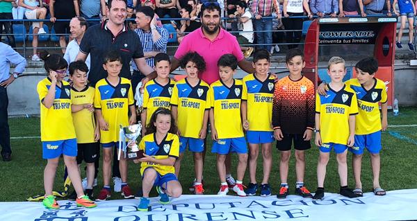 Photo of Os benxamíns do C.D. Rúa reciben no Couto a copa de campións de liga