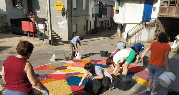 Photo of Éntoma engalana as súas rúas con alfombras florais polo San Xoán