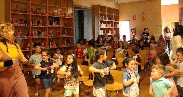 """Photo of """"Raposadas"""" con Raquel Queizás, na Biblioteca Municipal de Verín"""