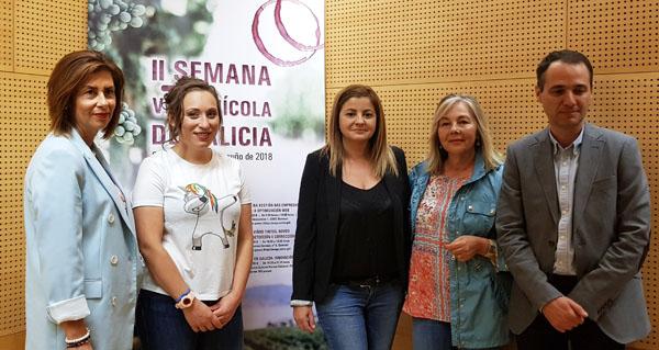 """Photo of A trivesa Xiana Domínguez, entre as ponentes da mesa redonda """"Mulleres do viño"""", na Semana Vitivinícola de Galicia"""
