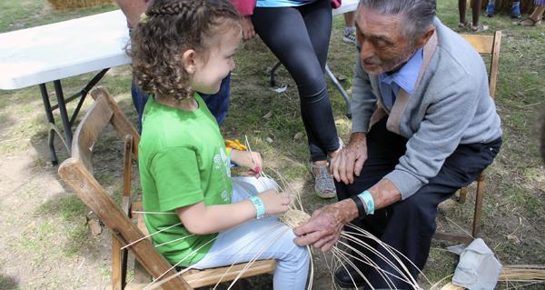 Photo of Aprendendo a facer cestas á beira do río no Mini SilFest do Barco