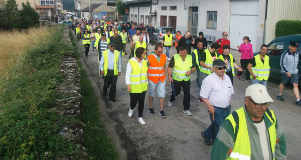 Photo of Unhas 200 persoas súmanse á andaina para pedir o arranxo da estrada vianesa de San Agostiño