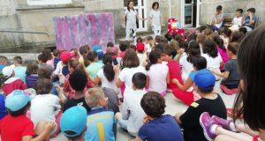 Máis dun cento de nenos comparten as aventuras teatrais de Sarabela en Trives