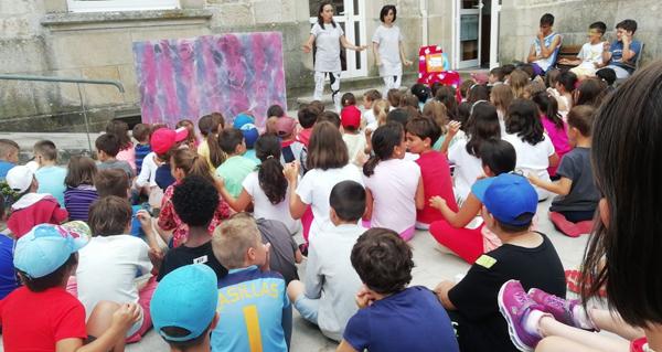 Photo of Máis dun cento de nenos comparten as aventuras teatrais de Sarabela en Trives