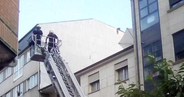 Photo of Un parasol no alto dun tellado no Barco mobiliza ao GES Valdeorras e aos bombeiros