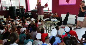 Os nenos de DiverTrives achéganse á música tradicional coa Banda de gaitas Os Trintas