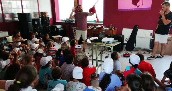 Photo of Os nenos de DiverTrives achéganse á música tradicional coa Banda de gaitas Os Trintas