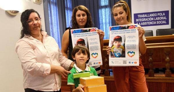 Photo of Xesto solidario da Fundación Amigos de Galicia con Justin, un neno de Vilariño de Conso