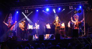 As Mázcaras, no escenario con Xabier Díaz, os irmáns Álvarez e as Adufeiras de Salitre nun emocionante concerto en Trives