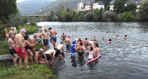 Photo of Unha corentena de intrépidos nadadores comezan o Día do Cristo cun chapuzón nas augas do Sil