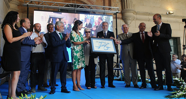 Photo of O Padroado da Fundación Curros Enríquez premia ao Parlamento de Galicia
