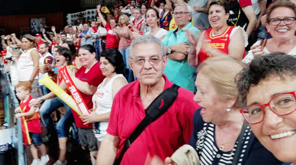 Photo of A familia valdeorresa de Lucas Mondelo, animando á selección española de baloncesto feminino no partido contra Canadá