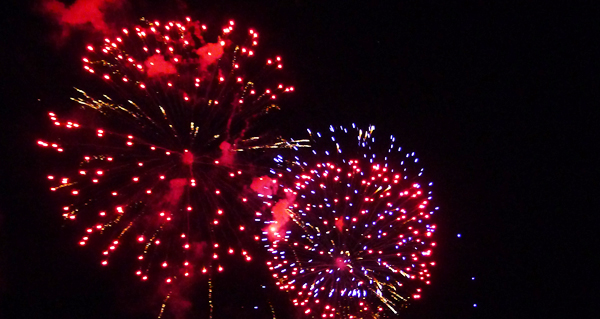 Photo of Os fogos artificiais tinguen de cor o ceo do Barco