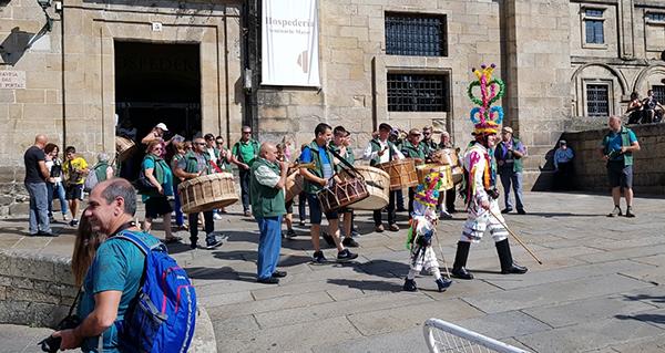 Photo of Os folións de Manzaneda, Viana e Vilariño desfilan polo casco vello de Santiago