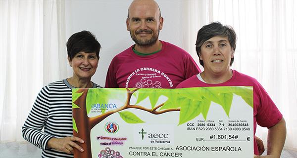 Photo of O Club Atletismo Rúa entrega á AECC en Valdeorras o recadado na carreira contra o cancro de mama