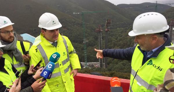 Photo of O delegado do Goberno en Galicia visita as obras da liña de alta velocidade no viaducto de Teixeiras e no túnel de Cerdedelo