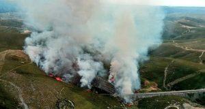 Incendio forestal en Carracedo da Serra (A Gudiña), ao pé das vías do tren