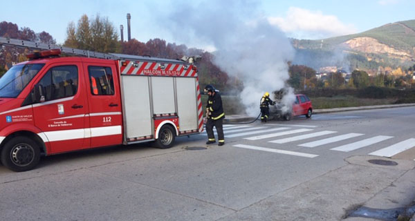 Photo of Un coche comeza a arder subitamente e acaba estoupando no Barco