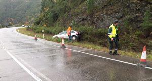 Saída de vía na estrada N-120 no límite entre Valdeorras e Quiroga