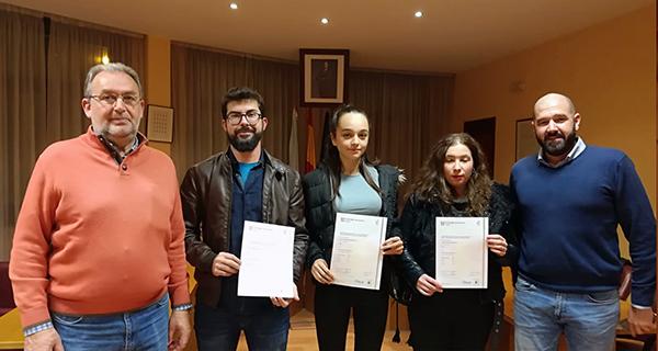 """Photo of Tres alumnos da """"Escola de Idiomas"""" da Rúa reciben os diplomas que certifican o nivel acadado"""