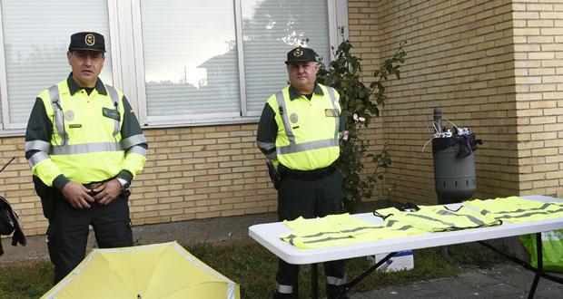 Photo of A Garda Civil desenvolve unha campaña de entrega de chalecos reflectantes a peóns
