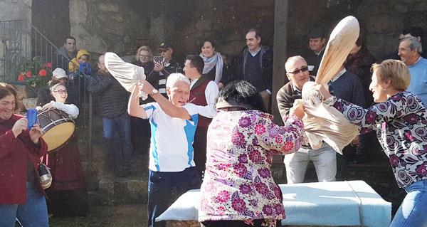 Photo of Parada de Sil recrea a tradición da pisa da castaña seca
