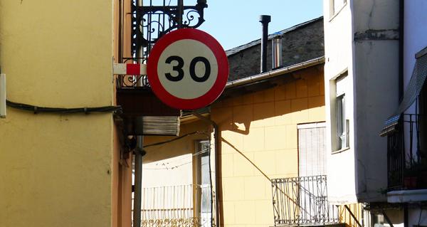 Photo of Novo sinal de límite de velocidade no casco antigo do Barco