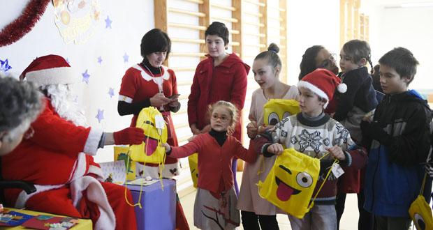 Photo of Os nenos de O Bolo reciben a visita e os agasallos de Papá Noel