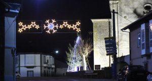 As luces de Nadal envolven as rúas e casas de Larouco