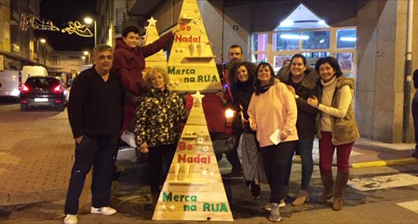 Photo of A Asociación Sociocultural San Cristóbal viste de Nadal os comercios da Rúa