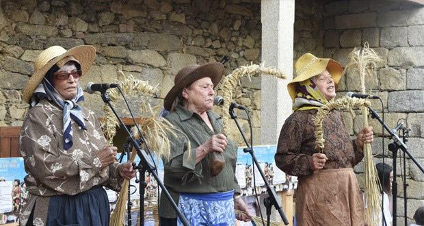 Photo of As Cantareiras da Seitura de Lentellais (O Bolo), homenaxeadas pola Real Banda de Gaitas
