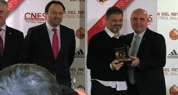 Photo of Xocas Miranda recolle en Madrid o premio do CNFS como mellor adestrador de 2ª B (grupo 1)