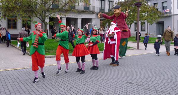 Photo of O Apalpador, acompañado por Papá Noel e os elfos, percorre O Barco