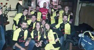 Dous equipos mixtos, entre os participantes no torneo solidario e fútbol sala de Trives-Río-Manzaneda