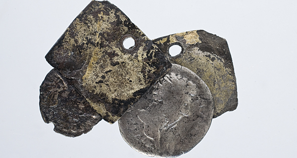 """Photo of Un amuleto con moedas do xacemento de Santomé, """"Peza do Mes"""" no Museo Arqueolóxico de Ourense"""