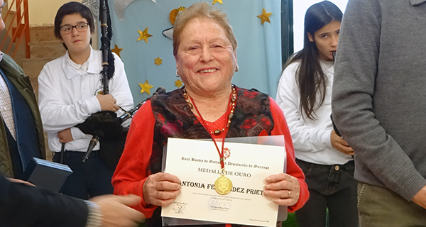 Photo of A cantareira da seitura de Lentellais, Antonia Fdez. Prieto, recibe a súa Medalla de Ouro da Real Banda de Gaitas