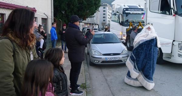Photo of Os Reis chegan ao Barco en camión