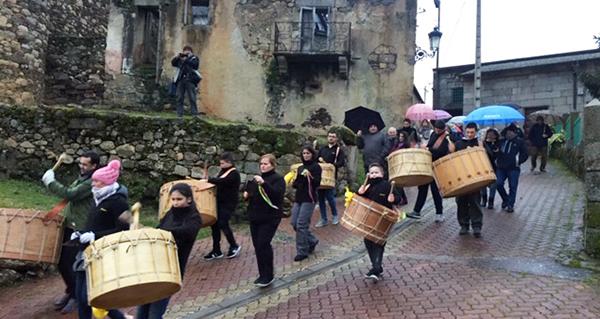 Photo of Os folións percorren as rúas do Bolo