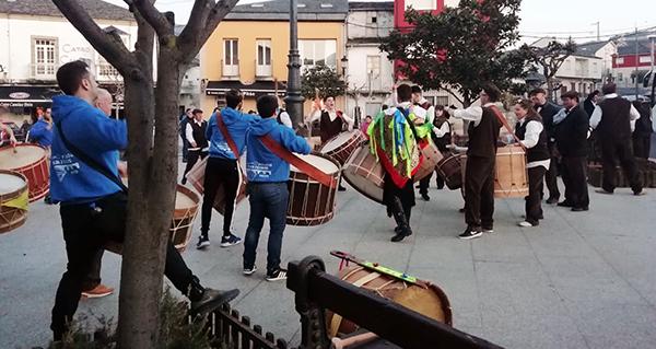 Photo of Os Arrieiros e o Folión de Buxán levan o son do Entroido polas rúas de Petín