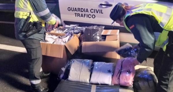 Photo of A Garda Civil incauta roupa falsificada en dous vehículos que circulaban pola A-52, á altura da Gudiña